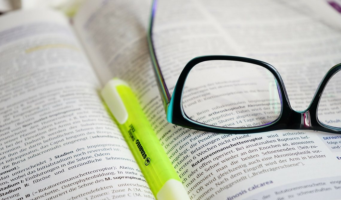 Buch, Stift, Brille